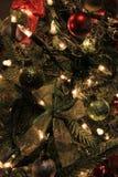 Bunte Verzierungen und Blinklichter auf Weihnachtsbaum Lizenzfreie Stockbilder