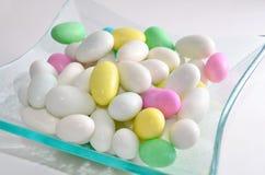 Bunte verzuckerte eiförmige Süßigkeit Stockbild