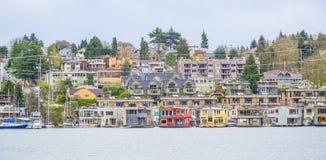 Bunte Villen in der Stadt von Seattle fanden am Union See - SEATTLE/WASHINGTON - 11. April 2017 Stockbilder