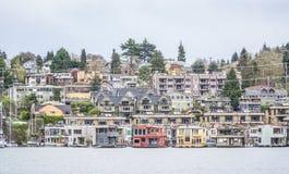 Bunte Villen in der Stadt von Seattle fanden am Union See - SEATTLE/WASHINGTON - 11. April 2017 Lizenzfreie Stockfotos