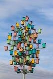 Bunte Vogelhäuser auf einem Hintergrund des blauen Himmels Lizenzfreies Stockfoto