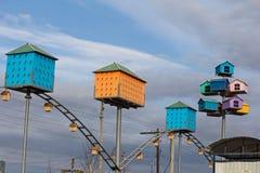 Bunte Vogelhäuser auf einem Hintergrund des blauen Himmels Stockfoto