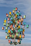 Bunte Vogelhäuser auf einem Hintergrund des blauen Himmels Lizenzfreie Stockfotos