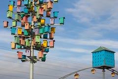 Bunte Vogelhäuser auf einem Hintergrund des blauen Himmels Stockbild