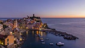 Bunte Vogelperspektive der historischen Mitte von Vernazza nach Sonnenuntergang, Cinque Terre-Park, Ligurien, Italien lizenzfreie stockfotografie