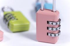 Bunte Vorhängeschlösser mit numerischem Code für die Blockierung Lizenzfreies Stockfoto