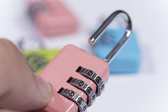 Bunte Vorhängeschlösser mit numerischem Code für die Blockierung Stockbild