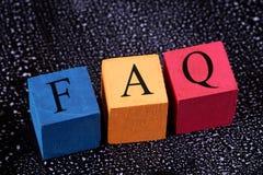 Bunte Würfel mit einem Aufschrift FAQ lizenzfreies stockbild