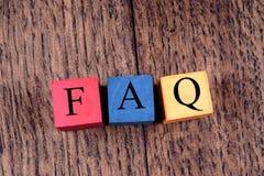 Bunte Würfel mit einem Aufschrift FAQ auf alter Eiche verschalt Stockfotografie