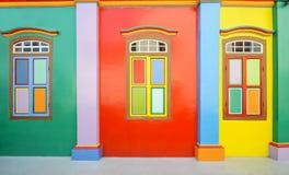 Bunte Wand und Fenster Stockfoto