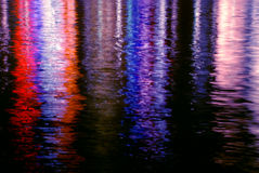 Bunte Wasser-Leuchte-Reflexionen Stockbild