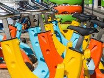 Bunte Wasserfahrräder in der Linie, gekennzeichnet für Swimmingpool lizenzfreie stockfotos