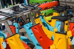 Bunte Wasserfahrräder in der Linie, gekennzeichnet für Swimmingpool stockfotografie