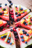 Bunte Wassermelonenpizza der tropischen Frucht überstieg mit Kiwifruit, Stockbilder