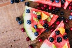 Bunte Wassermelonenpizza der tropischen Frucht überstieg mit Kiwifruit, Lizenzfreie Stockfotografie