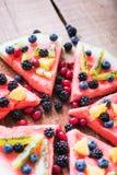 Bunte Wassermelonenpizza der tropischen Frucht überstieg mit Kiwifruit, Stockbild