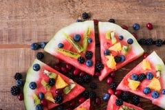 Bunte Wassermelonenpizza der tropischen Frucht überstieg mit Kiwifruit, Stockfotos