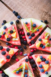 Bunte Wassermelonenpizza der tropischen Frucht überstieg mit Kiwifruit, Lizenzfreies Stockfoto