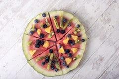Bunte Wassermelonenpizza der tropischen Frucht Stockbilder