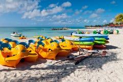 Bunte Wassersportausrüstungen auf dem Strand - Bahamas Lizenzfreie Stockfotos
