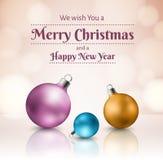 Bunte Weihnachtsbälle auf rosa Hintergrund mit Lichtern im Hintergrund Lizenzfreie Stockbilder