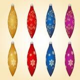 Bunte Weihnachtsbälle mit verschiedenen Verzierungen Satz Dekorationen der frohen Weihnachten und des guten Rutsch ins Neue Jahr Stockfotografie