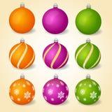 Bunte Weihnachtsbälle mit verschiedenen Verzierungen Satz Dekorationen der frohen Weihnachten und des guten Rutsch ins Neue Jahr Lizenzfreie Stockfotografie