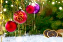 Bunte Weihnachtsbälle und leuchtende Lichter Stockbilder