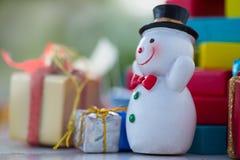 Bunte Weihnachtscharaktere und -dekorationen Anwendung als wallpape stockbild