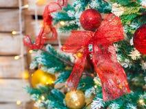 Bunte Weihnachtsdekoration auf Baum Lizenzfreies Stockbild