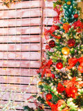 Bunte Weihnachtsdekoration auf Baum Lizenzfreie Stockbilder