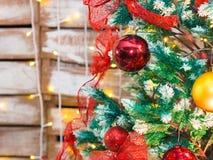 Bunte Weihnachtsdekoration auf Baum Stockfoto