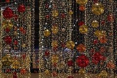 Bunte Weihnachtsdekoration Winterurlaube und traditionelle Verzierungen auf einem Weihnachtsbaum Beleuchtungsketten - Kerzen für  Stockfotografie