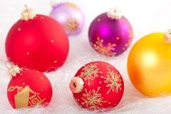 Bunte Weihnachtsdekorationen Lizenzfreie Stockfotos