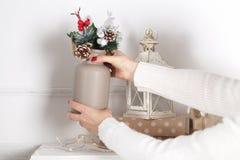 bunte weihnachtsdekorationen auf kaminumhang stockfotografie - Kaminumhang Dekorationen