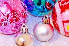 Bunte Weihnachtskugeln Stockbild
