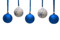 Bunte Weihnachtskugeln auf weißem Hintergrund Lizenzfreie Stockfotografie