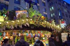 Bunte Weihnachtsmarktshops Lizenzfreies Stockfoto