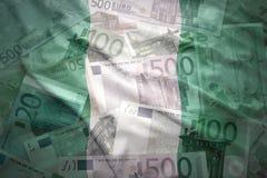 Bunte wellenartig bewegende nigerische Flagge auf einem Eurohintergrund Lizenzfreies Stockbild