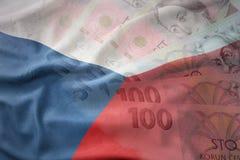 Bunte wellenartig bewegende Staatsflagge der Tschechischen Republik auf einem Tscheche-Kronengeld-Banknotenhintergrund Stockbilder