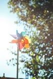 Bunte Windmühle in der Sonne Bunter Pinwheel stockbilder