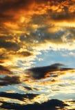 Bunte Wolken auf Sonnenunterganghimmelhintergrund im Sommer Lizenzfreie Stockfotos