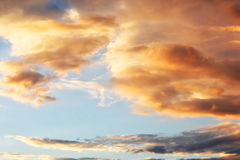 Bunte Wolken auf Sonnenunterganghimmelhintergrund im Sommer Lizenzfreies Stockfoto
