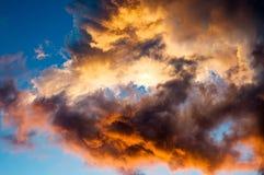 Bunte Wolken bei Sonnenuntergang über meinem Kopf stockfotografie