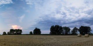 Bunte Wolken ?ber Feld stockbild