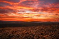 Bunte Wolken des herrlichen orange Sonnenuntergangs im Abendhimmel, Natursch?nheit der Natur stockfotografie