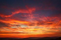 Bunte Wolken des herrlichen orange Sonnenuntergangs im Abendhimmel, Natursch?nheit der Natur stockfotos
