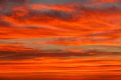Bunte Wolken des herrlichen orange Sonnenuntergangs im Abendhimmel, Natursch?nheit der Natur lizenzfreie stockfotografie