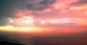 Bunte Wolken und Himmel über Seeozean Lizenzfreies Stockbild