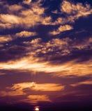 Bunte Wolken und Sonne Lizenzfreie Stockfotografie